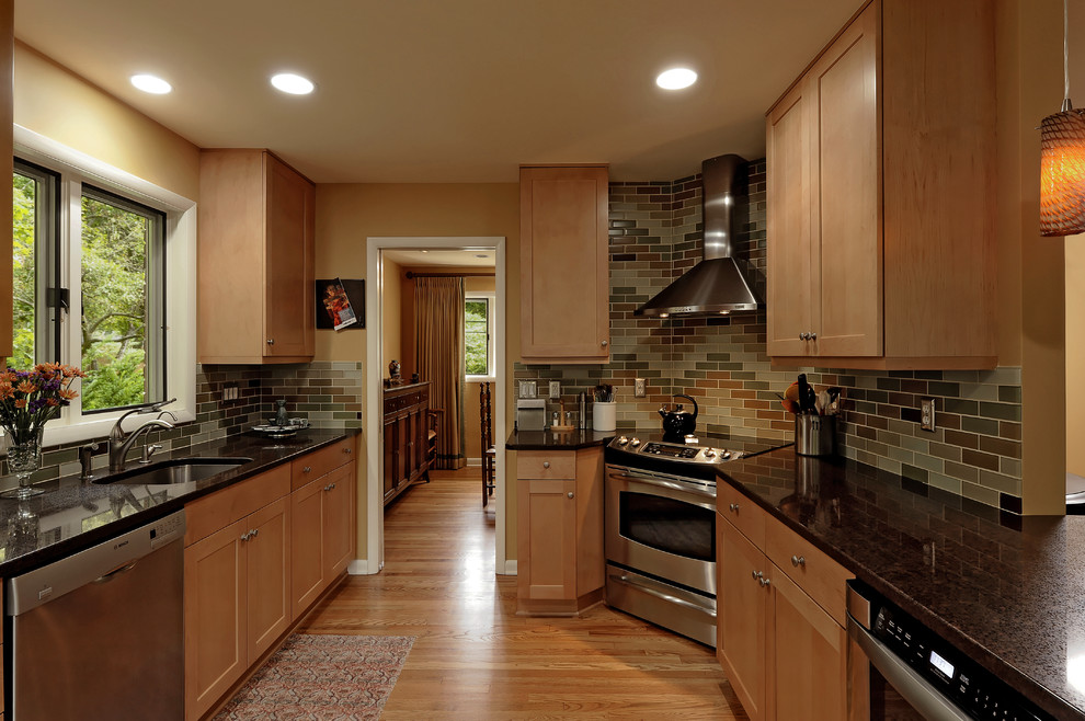 laminate_designs-kitchen-traditional-with-range-hood-granite-countertops-19_0.jpg